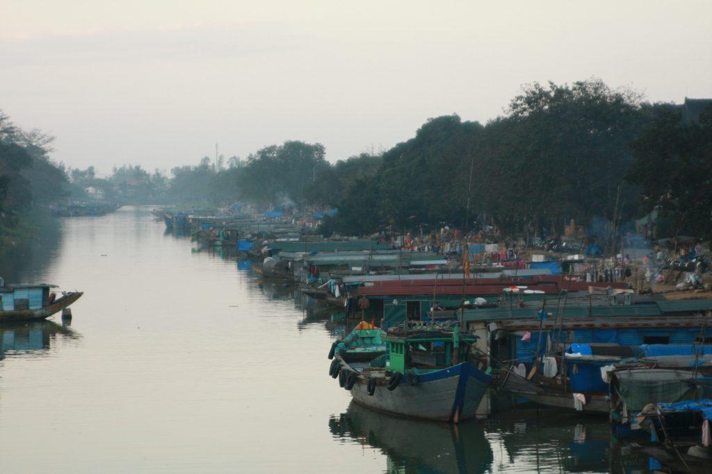 フエ市 水上生活者の舟
