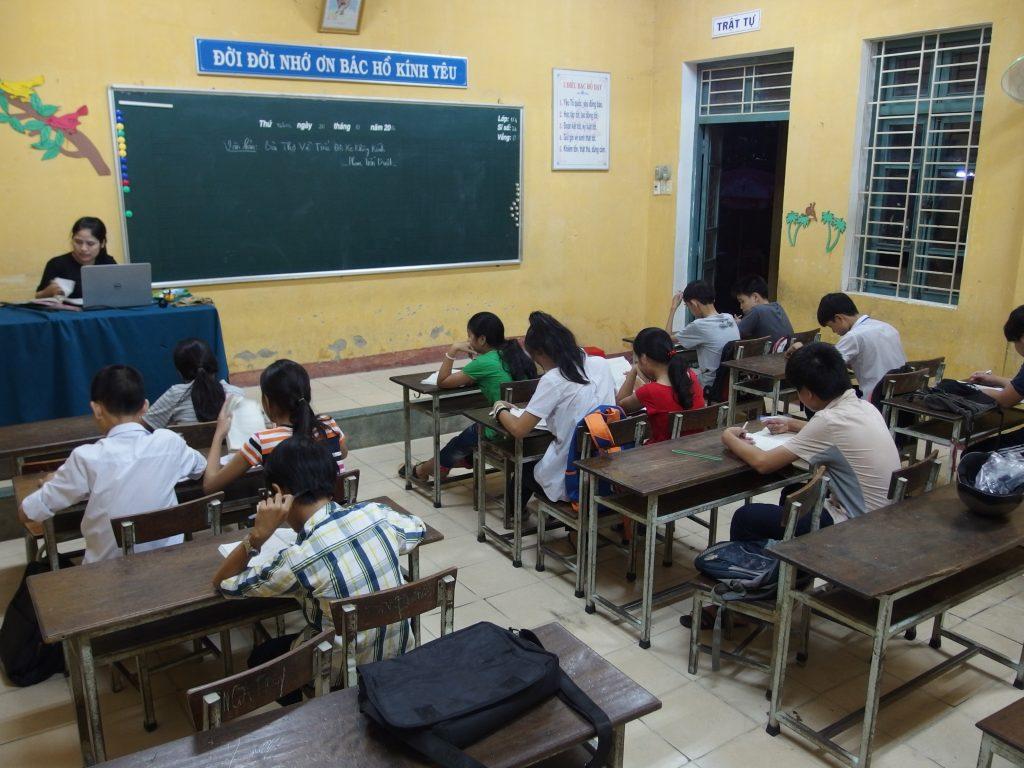 フエ市、夜間のフーハウ小学校、教室
