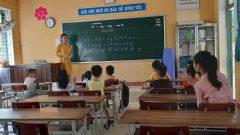 フエ市フーハウ地区、2019夏季補習クラスの先生と児童