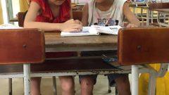 フエ市フーハウ地区、お友たちと教科書を読む練習