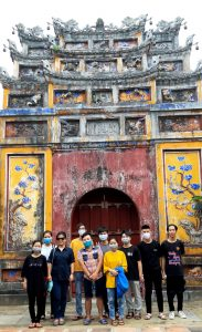 ベトナム・フエ、王宮の門の前で