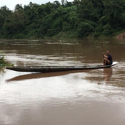 ラオス、増水した河の渡し舟