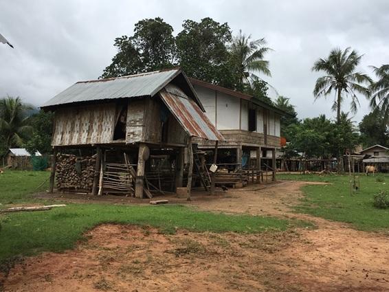 ラオス、木と竹で造られた高床式の家屋