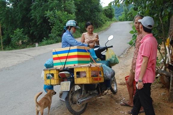 村を訪れるバイクの行商人,ベトナム中部