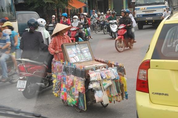 リヤカーで雑貨を売り歩く,ベトナム・フエ市