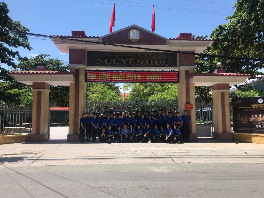 高校の校門前で、ベトナムフエ市