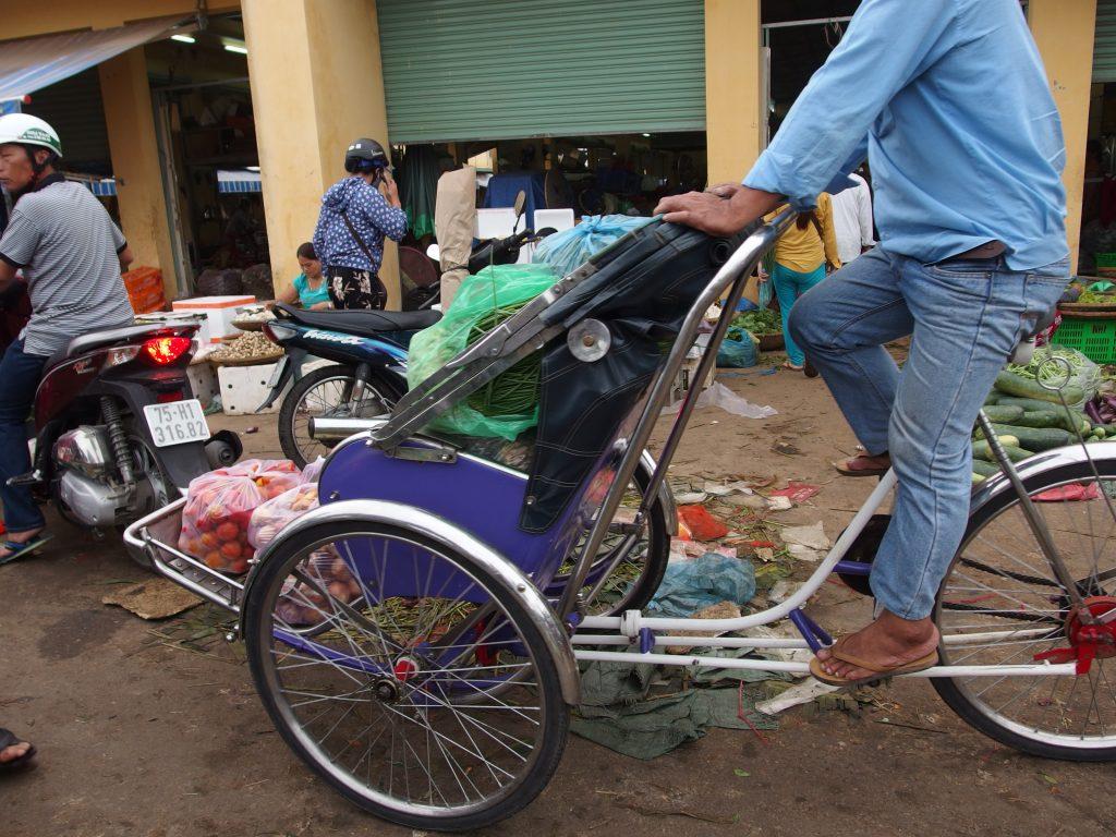 シクロは荷物も運ぶ、ベトナム・フエ市
