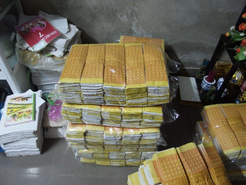 紙折りの内職、ベトナム・フエ市