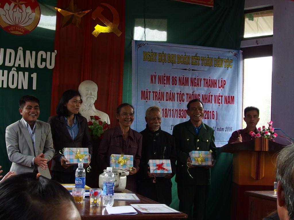 大団結の集会で表彰をうける、ベトナム