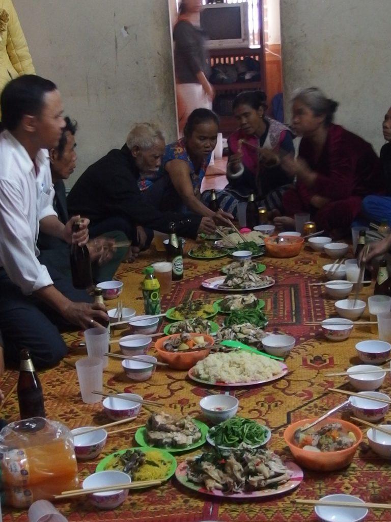 集会のあとの食事、ベトナム・フエ