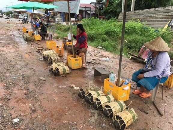 道端で何か売ってる,ラオス中部・セポン市