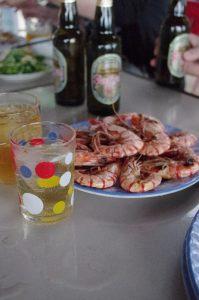 ラグーンの食堂で、エビとビール、ベトナム・フエ省