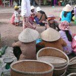 竹籠を売る、ノン笠を被った女性、ベトナム・フエ省