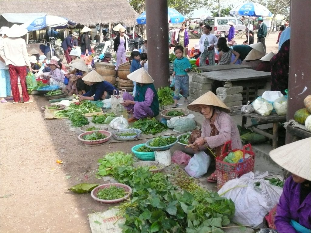 自分の畑で採れた野菜を売る女性たち・ベトナム・フエ省