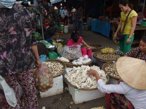フエ市第一中央市場場外、フエ市・ベトナム
