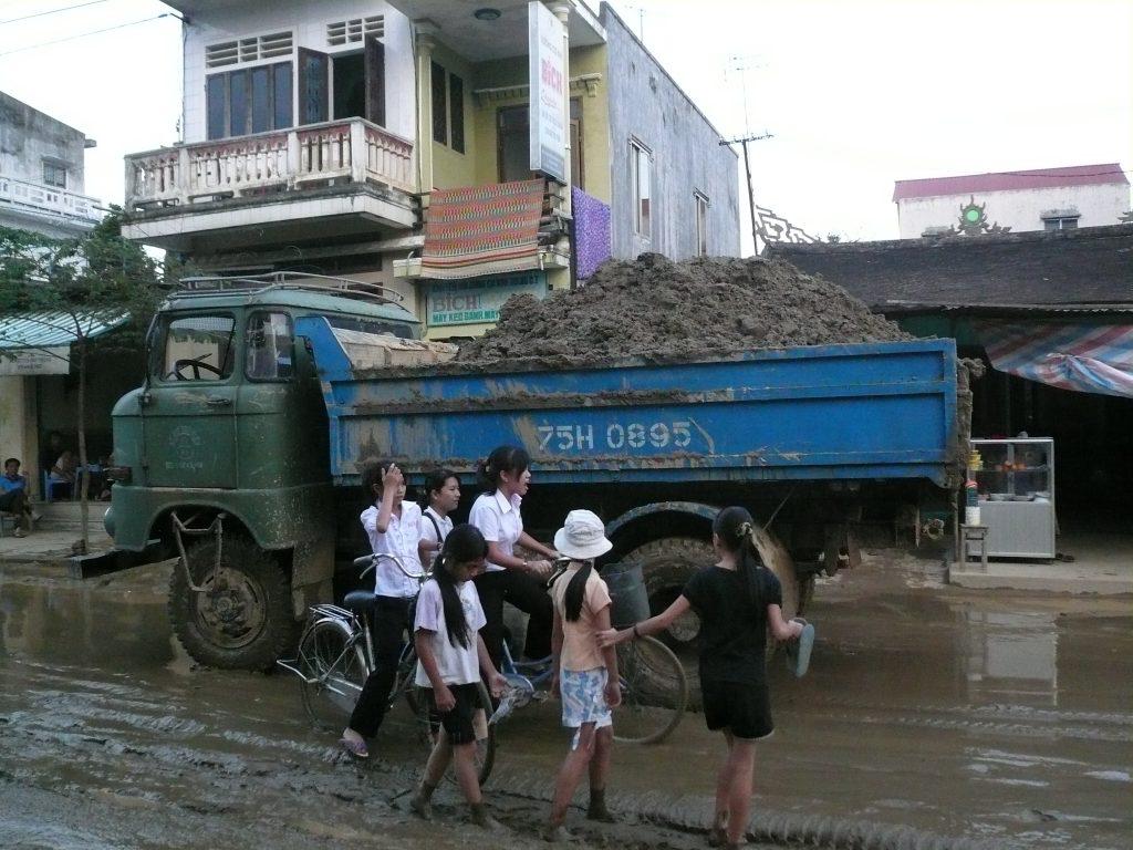 洪水の後の泥を運ぶトラック・フエ市・ベトナム