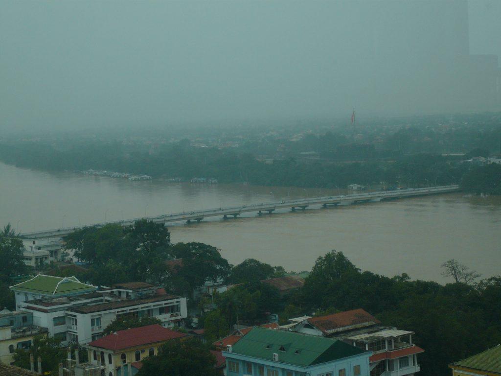 洪水前のフォーン河、フエ市・ベトナム