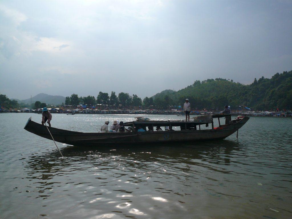 ディエン・ホン・チェンの渡し舟、フエ市・ベトナム