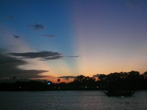 フォーン河に夕日が落ちて、フエ市・ベトナム