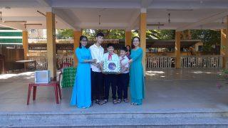 集会で本を寄贈、ベトナム