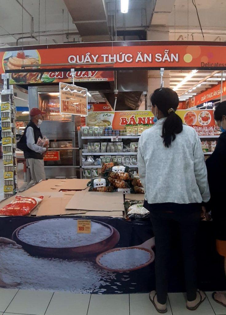 スーパーのお米も売り切れ、フエ市の洪水
