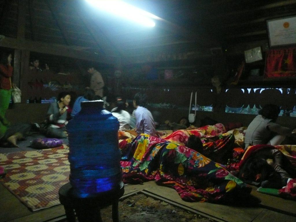 公民館の中で雑魚寝、フエ省・ベトナム