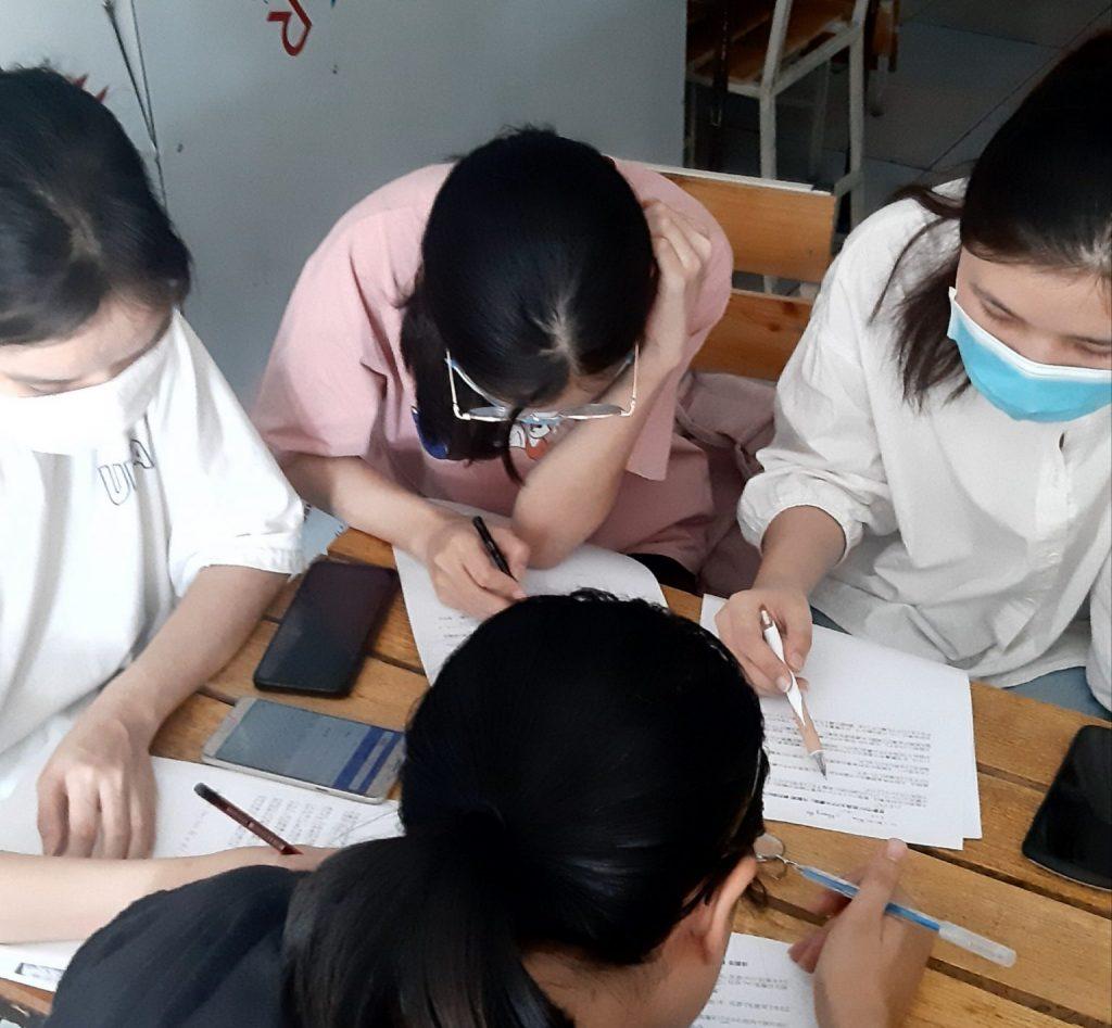 翻訳会の様子、ベトナム・フエ市
